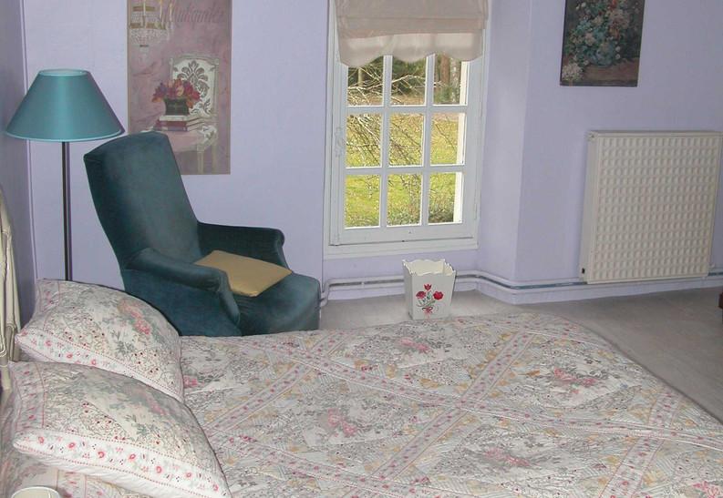 chambre aile du château lit double.jpg