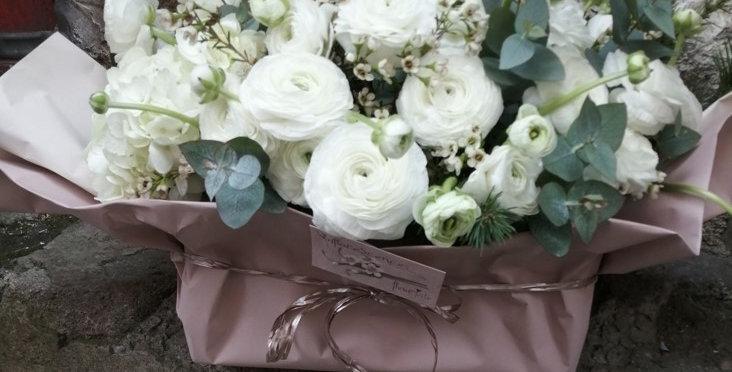 Composition de renoncules blanches, wax flowers et eucalyptus - Inflorescences