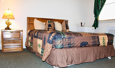 room with queen size bed at the sundowner on lake george