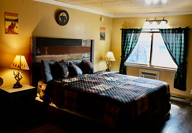 king size bed in rustic king studio at the sundowner on lake george in lake george ny