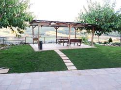 Carpa exterior amb taula i bancs