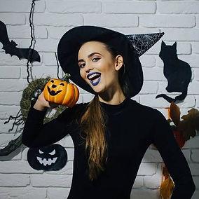 85428202-muchacha-de-halloween-que-sonrí