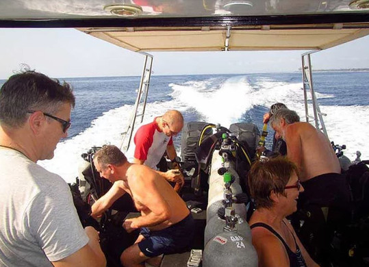 Diving boat with divers, Coin plongeur