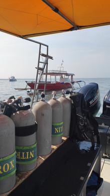 Tank on the diving boat, Bouteille sur le bateau