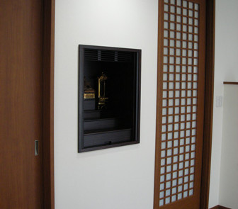 壁に収納する仏壇