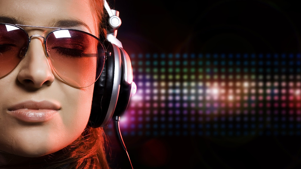 headphones-girl_00294852.jpg