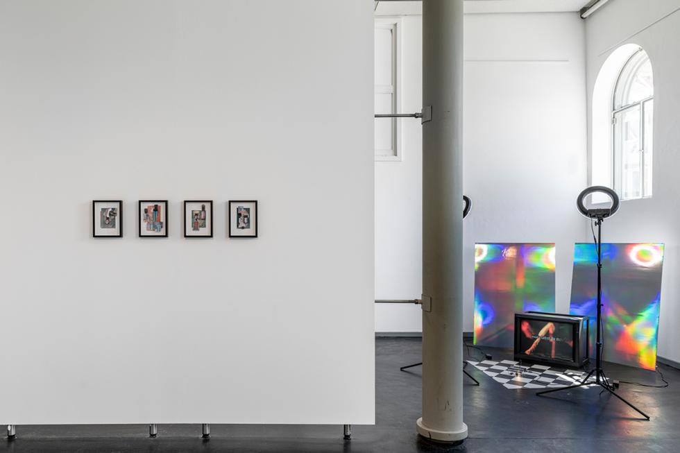 """©2021 Galerie im Marstall Ahrensburg, Installationsansicht """"Collecting Yourself – Notizen des Sammelns"""", Foto: Helge Mundt"""