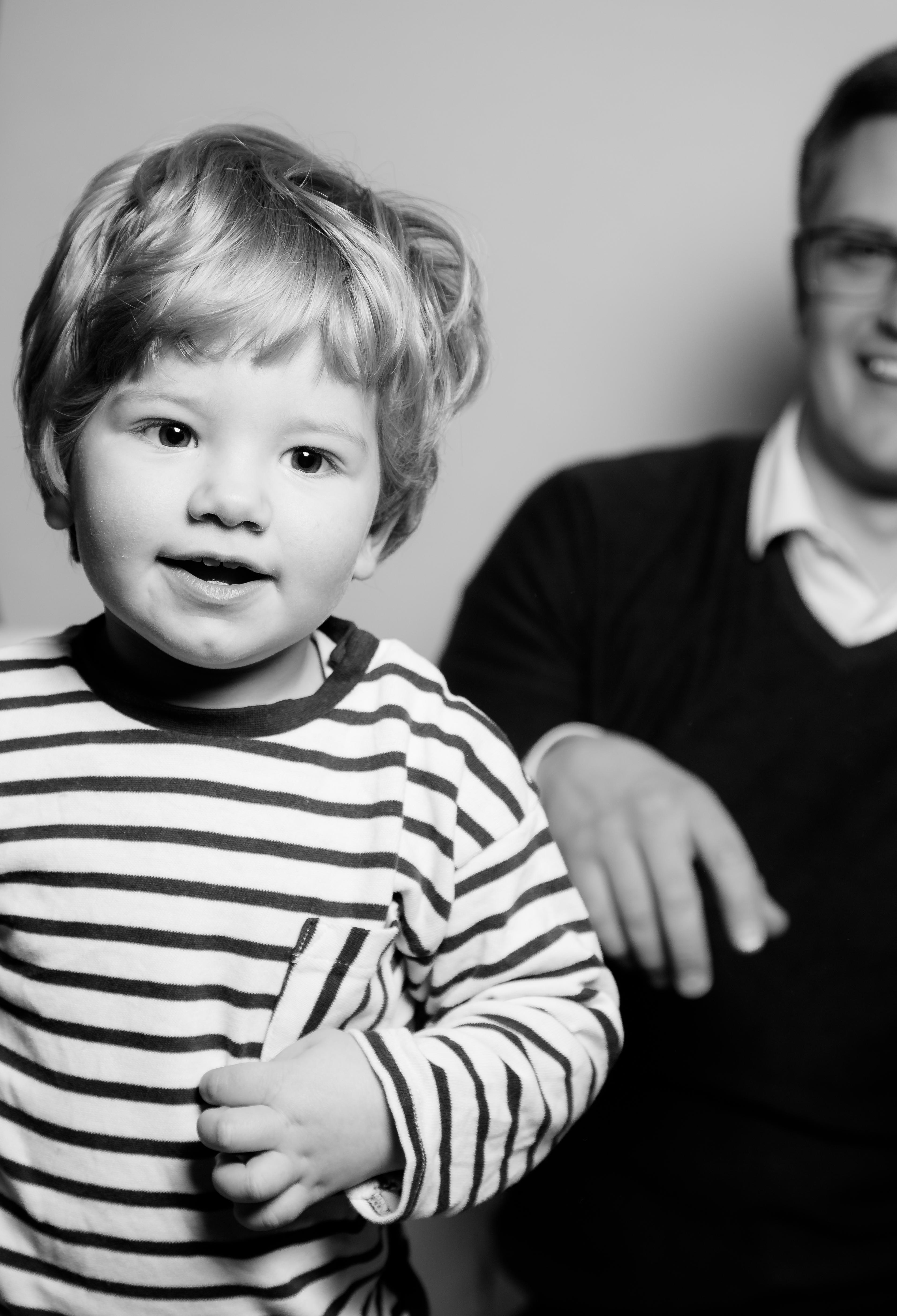Kind schwarz-weiß