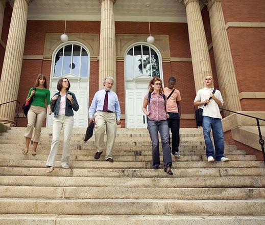 Estudantes universitários e professor