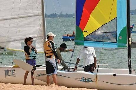 เรียนเรือใบ ไม่ว่าลมแรงลมเบา เรือใบสนุกและไม่ยากเลย เล่นเป็นแล้วพาเพื่อนไปนั่งชิลด้วยก็ได้