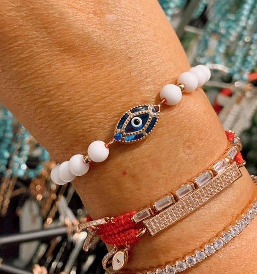 צמיד חרוזים לבנים עם עין כחולה מצופה רוז גולד