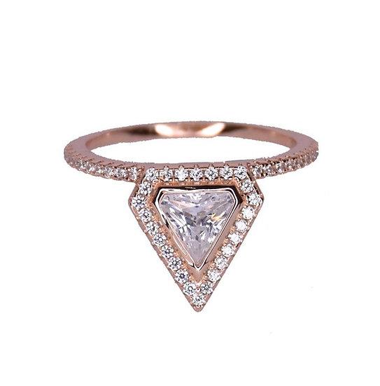 טבעת משולש משובצת