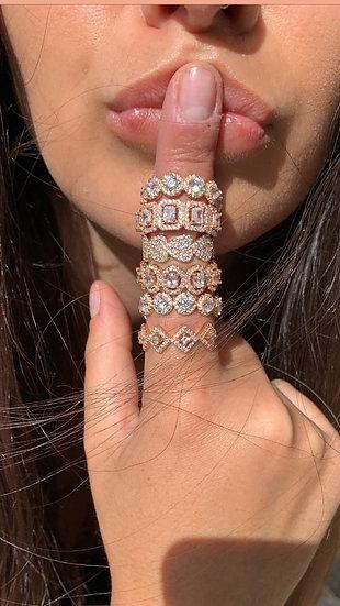 טבעת מעוינים משובצת