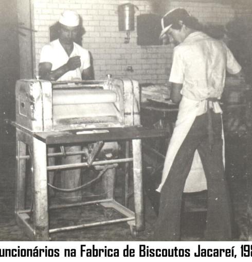 funcionarios na fabrica de biscoutos