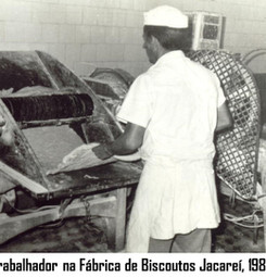 trabalhador da frabrica de biscoutos