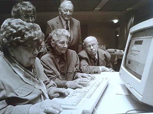 oudjes bij de computer