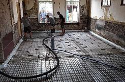 Betonvloer wordt gestort in De Drie Pilaren (Friesland, Heerenveen, Oudeschoot)