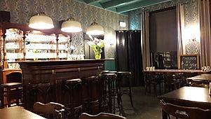 'Bij Jacques | De Drie Pilaren', leuke zaal om te huren. Met een echt oud Engls barretje.