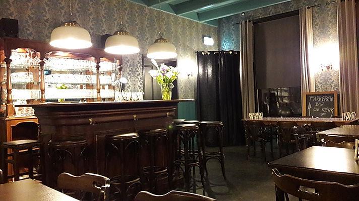 De bar in oud Engelse stijl in de voorzaal van De Drie Pilaren