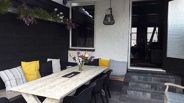 huiselijke en gemoedelijke binnenplaats bij de vergaderzaal 'Bij Jacques | De Drie Pilaren'