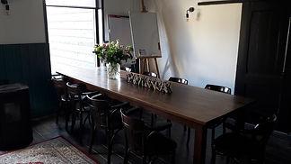 Vergaderen in een huiselijke sfeer, een soort huiskamer. Dit kan in Heerenveen, Friesland
