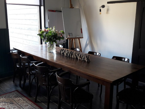 de vergadertafel