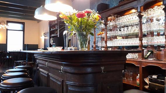 Een bloemetje op de bar in De Drie Pilaren, het hoort erbij.