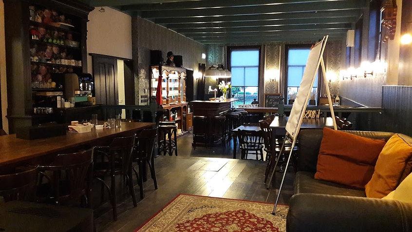 Huiselijke vergaderzaal, met een huiskamer sfeer. In Friesland, gemeente Heerenveen, Oudeschoot