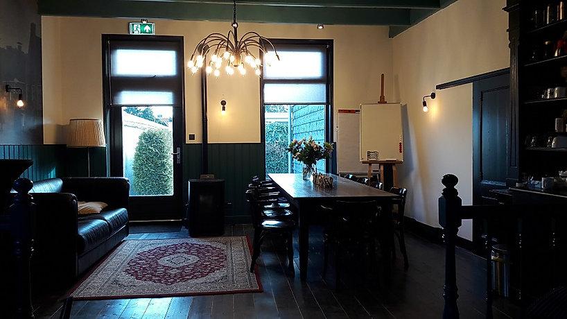 De vergadertafel en bank op het podium van De Drie Pilaren, Heerenveen, Oudeschoot, Friesland