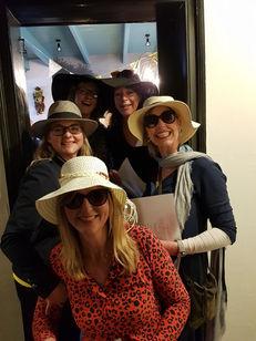 de dames met hoed in 'Bij Jacques │ De Drie Pilaren'