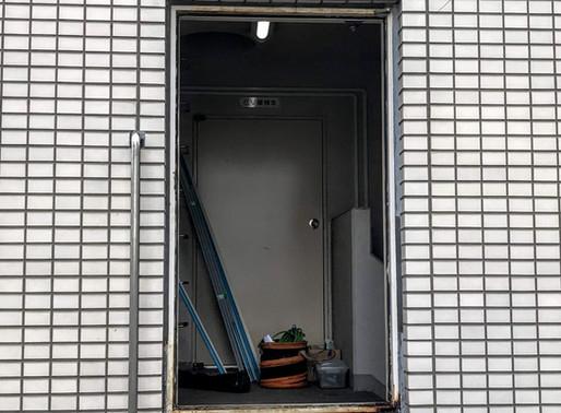 またも台風で鉄のドアが壊れた!