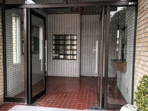 マンションのドアが勢いよく閉まる!
