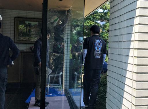 玄関の大きなガラスにひびが!