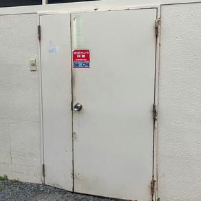 ファミレスの鉄の扉を改修