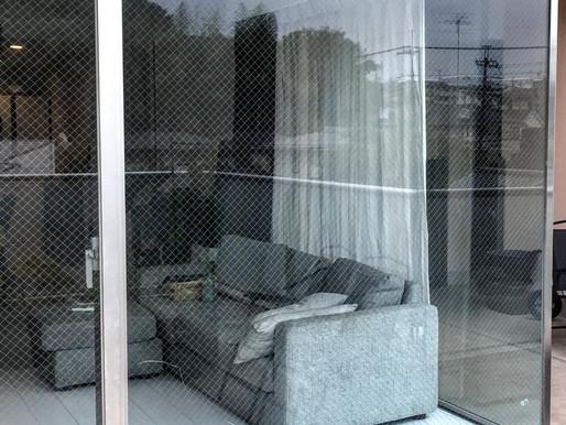 マンションの大きなガラスにヒビが!