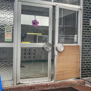 学校の昇降口ドアの改修