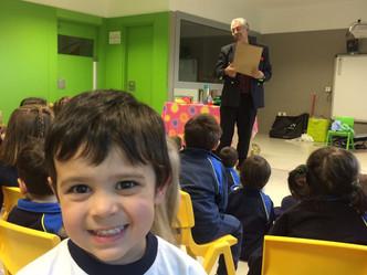 El Mago Karabás visita las clases de tres años