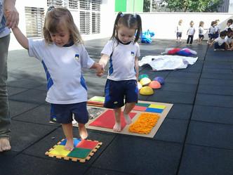 Circuito sensorial con los pies  este trimestre la Escuela Infantil de Arroyomolinos trabaja los sen