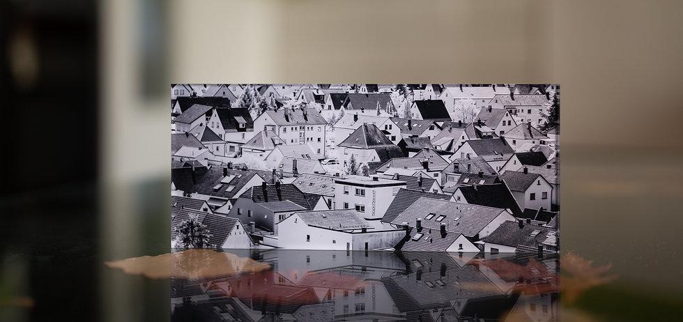 SALE OUT - SLEEPINGTOWN - Echter Fotoabzug   hinter 4mm Acrylglas   auf 2mm AluDibond   inkl. Aufhängung von Alexander Kästel