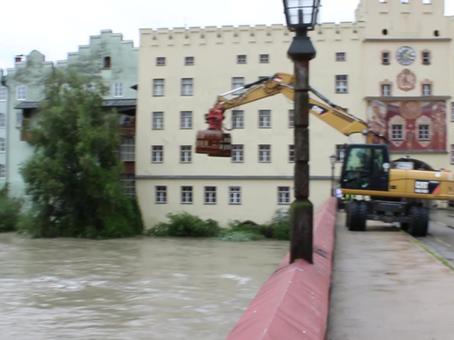 Hochwasser - Schutz der Brücke in Wasserburg am Inn
