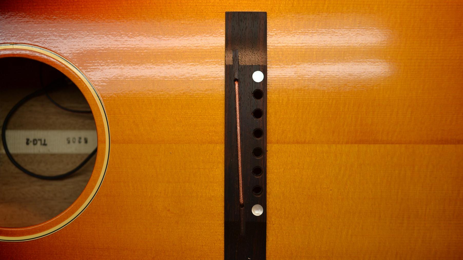 サドル溝の底面に形成したU字の溝にHIGHLANDERの素子をマウントします。