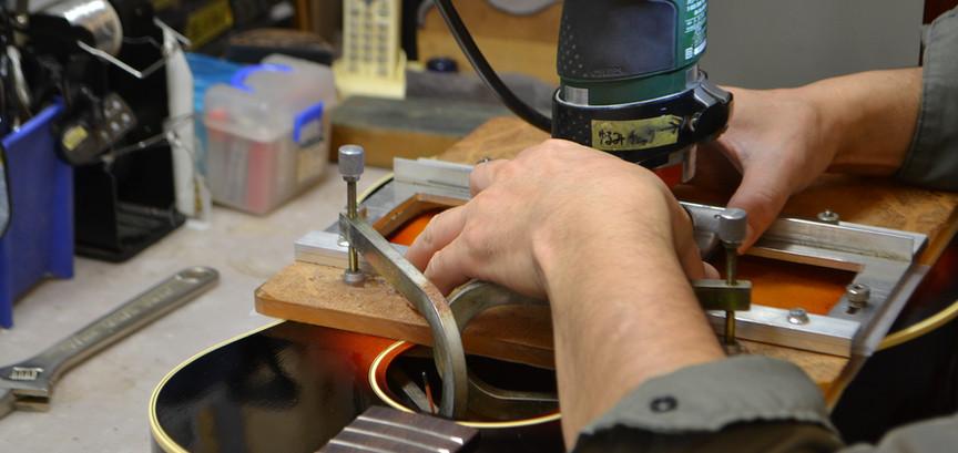 位置の設定が終わったら治具に沿ってルーターを使用して溝を掘ります。