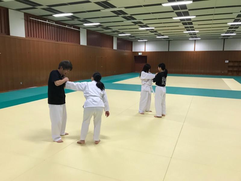 八尾道場で関節技の練習