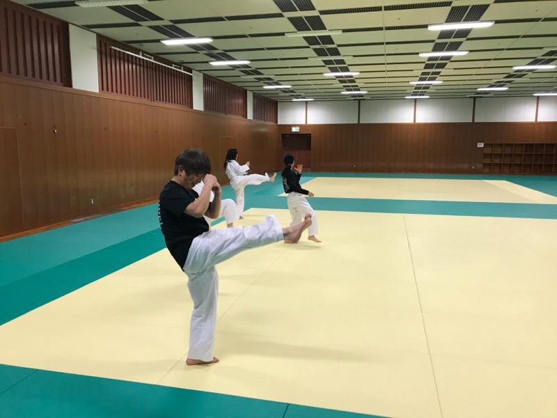 八尾道場で前蹴りの練習