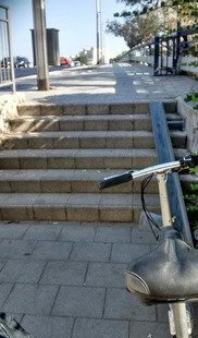 פתרון שקיים בלא מעט ערים  במקום לסחוב את האופניים  במדרגות, אותם מגלגלים. איפה התמונה צולמה? נראה אם  אתם יודעים נשמח להצפת מיקומים למגלשים נוספים, נדרשים