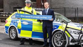 משטרת סקוטלנד אוכפת את החוק המחייב נהגים בשמירת מרחק מינימאלי (1.5מ' לפחות) מרוכבים