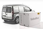 Een Vebabox koelbox die past in een bestelwagen die er naast staat.
