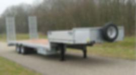 Semi-dieplader met oprijplanken, zijschotten en kist