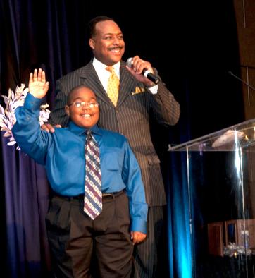 Leon Harris Accepts 2014 Community Champion Award