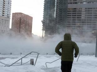 Hombre paga 70 habitaciones de hotel a personas sin hogar tras frío extremo en Chicago